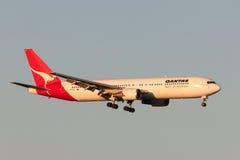 Qantas Boeing 767-338/ER VH-OGI na aproximação à terra no aeroporto internacional de Melbourne Fotografia de Stock Royalty Free