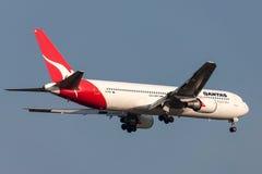 Qantas Boeing 767-338/ER VH-OGN na aproximação à terra no aeroporto internacional de Melbourne Imagem de Stock