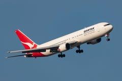 Qantas Boeing 767-338/ER VH-OGN que gira sobre a aproximação para a terra no aeroporto internacional de Melbourne Fotografia de Stock