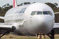 Qantas Boeing 767-338/ER VH-OGQ no aeroporto internacional de Melbourne Fotografia de Stock Royalty Free