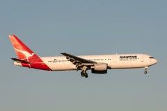 Qantas Boeing 767-336/ER VH-ZXF na aproximação à terra no aeroporto internacional de Melbourne Imagens de Stock Royalty Free
