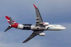Qantas Boeing 737 Flugzeuge VH-XZJ nannte Mendoowoorrji, das eine spezielle eingeborene themenorientierte Livree trägt, die eine  lizenzfreie stockbilder