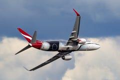 Qantas Boeing 737 Flugzeuge VH-XZJ nannte Mendoowoorrji, das eine spezielle eingeborene themenorientierte Livree trägt, die eine  stockbilder