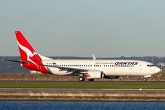 Qantas Boeing 737-800 flygplan på Sydney Airport Royaltyfria Bilder