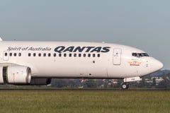 Qantas Boeing 737-800 flygplan på Sydney Airport Royaltyfri Fotografi