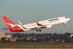 Qantas Boeing 737-800 flygplan som tar av från Sydney Airport Royaltyfri Fotografi