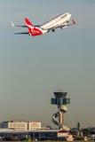 Qantas Boeing 737-800 flygplan som tar av från Sydney Airport Arkivbild