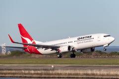 Qantas Boeing 737-800 flygplan som tar av från Sydney Airport Royaltyfria Bilder
