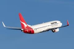 Qantas Boeing 737-800 flygplan som tar av från Sydney Airport Arkivfoto