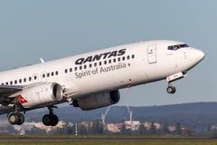 Qantas Boeing 737-800 flygplan som tar av från Sydney Airport Royaltyfri Foto