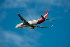 Qantas Boeing 737-800 i flykten Royaltyfria Bilder