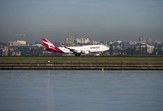 QANTAS Boeing 747 länder för passagerarestråle på den Kingston_Smith flygplatsen, Sydney Royaltyfri Bild