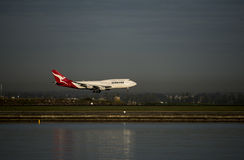 QANTAS Boeing 747 passenger jet lands at Kingston_Smith airport, Sydney Royalty Free Stock Photos