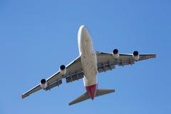 Qantas Boeing 747-400 som flyger Arkivfoto