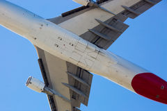 Qantas Boeing 747-400 som flyger Royaltyfria Bilder