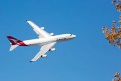 Qantas Boeing 747-400 som flyger Royaltyfri Bild