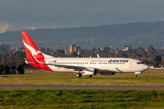 Qantas Boeing 737 Taxis für Abfahrt bei Adelaide Airport stockbilder