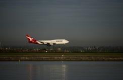 QANTAS Boeing 747 tierras del avión de pasajeros en el aeropuerto de Kingston_Smith, Sydney fotos de archivo libres de regalías
