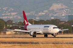Qantas Boeing 737-476 Verkehrsflugzeuge auf der Rollbahn bei Adelaide Airport stockfotografie