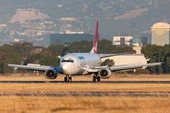Qantas Boeing 737-476 Verkehrsflugzeuge auf der Rollbahn bei Adelaide Airport lizenzfreies stockfoto