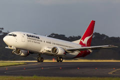 Qantas Boeing 737-476 VH-TJL som tar av från Melbourne den internationella flygplatsen Fotografering för Bildbyråer
