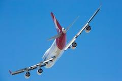 Qantas Boeing 747-400 volant Photos libres de droits