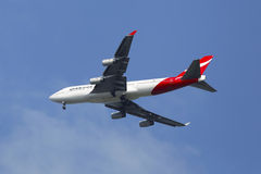 Qantas flygbolag Boeing 747-400 i New York himmelbefo Arkivbild