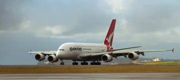 Qantas flygbuss A380 på landningsbana Arkivfoton