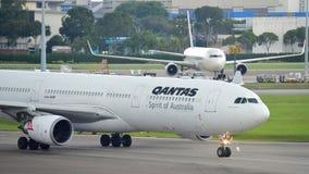 Qantas flygbuss 330 som åker taxi för att utfärda utegångsförbud för på den Changi flygplatsen Arkivfoton