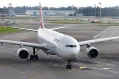 Qantas flygbuss 330 som åker taxi för att utfärda utegångsförbud för på den Changi flygplatsen Royaltyfria Bilder