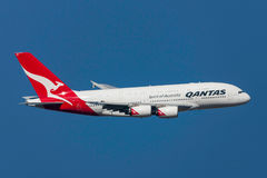 Qantas flygbuss A380-842 VH-OQD som avgår Melbourne den internationella flygplatsen Arkivbild