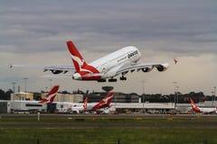 Qantas-Luchtbus A380 die onder bedrijfstralen opstijgen Royalty-vrije Stock Fotografie