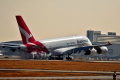 Qantas-Luchtvaartlijnenluchtbus A380 die binnen voor het landen komen royalty-vrije stock fotografie