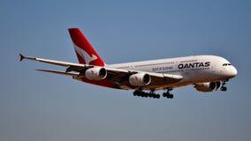 Qantas-Luchtvaartlijnenluchtbus A380 die binnen voor het landen komen stock afbeelding