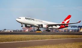 QANTAS A330 Sydney tagande-av Royaltyfri Fotografi