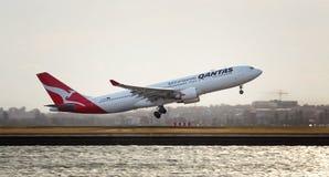 QANTAS A330 Sydney tagande-av Arkivbild