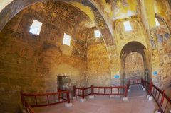 Qasr Amra古老Umayyad沙漠城堡的内部与罗马墙壁上的墙壁和天花板装饰的在扎尔卡,约旦 免版税库存图片