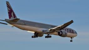 Qatar Airlines Boeing 777 que viene adentro para un aterrizaje imagen de archivo