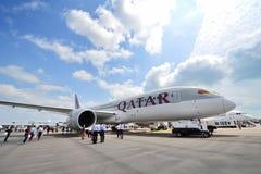 Qatar Airways Boeing 787-8 Dreamliner auf statischer Anzeige in Singapur Airshow Lizenzfreie Stockbilder