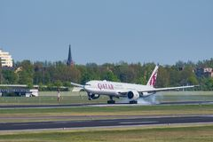 Qatar Airways Boeing 777-300ER à l'aéroport de Berlin Tegel Images libres de droits
