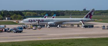 Qatar Airways Boeing 777-300ER à l'aéroport de Berlin Tegel Photos stock