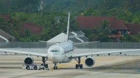 Qatar Airways Boeing 777-300ER bereitet sich zum Flug vor stock footage