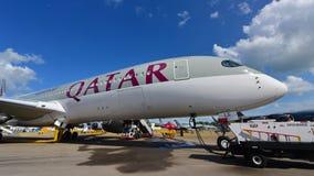 Qatar Airways flygbuss A350-900 XWB på skärm på Singapore Airshow Royaltyfria Bilder