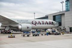 Qatar Airways flygplan på den Frankfurt flygplatsen germany royaltyfria foton