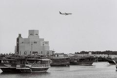 Qatar Airways hyvlar över Doha Royaltyfria Bilder