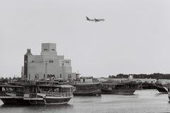 Qatar Airways surfacent au-dessus de Doha images libres de droits