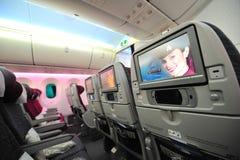 Qatar Airways während des Betriebsunterhaltungsanlage der Touristenklasse Boeings 787-8 Dreamliner (IFE) in Singapur Airshow Lizenzfreie Stockbilder