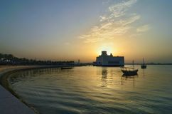 Qatar doha islamisk museumbyggnad på solnedgången royaltyfri foto