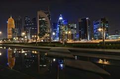 Qatar doha på natten royaltyfri foto