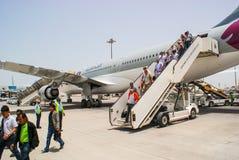 qatar Mai 2009 Passagiere schiffen von den Flugzeugen Katar Ai aus Lizenzfreies Stockbild
